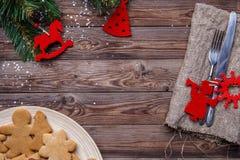 A tabela com cutelaria decorou cookies Fotografia de Stock Royalty Free