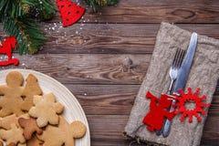 A tabela com cutelaria decorou cookies Imagens de Stock