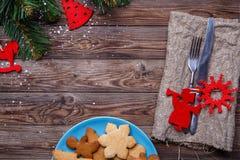 A tabela com cutelaria decorou cookies Imagens de Stock Royalty Free