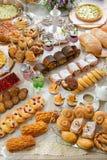 Tabela com doces dos confeitos Foto de Stock