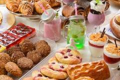 Tabela com doces dos confeitos Foto de Stock Royalty Free