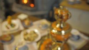 Tabela com doces Samovar com chá e tortas