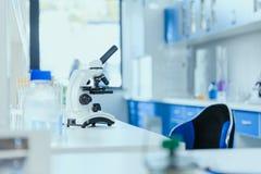 Tabela com equipamento de laboratório no laboratório químico, conceito do laboratório do quarto desinfetado fotos de stock