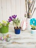 Tabela com flor e decoração da Páscoa Fotografia de Stock