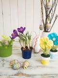 Tabela com flor e decoração da Páscoa Foto de Stock Royalty Free