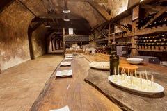 Tabela com o winside dos vidros do queijo e de vinho a sala de gosto da adega velha de Khareba da adega Fotos de Stock