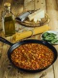 Tabela com os ingredientes tradicionais de bolonhês dos espaguetes fotografia de stock