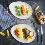 Tabela com pratos de peixes e papa de aveia do painço, puré, tomate, fatia do limão e molho de camarão Pé de galinha fritada Conf Fotografia de Stock Royalty Free