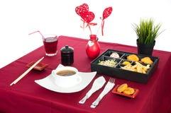 Tabela com a tabela servida com café da manhã e bebida, vermelho da toalha de mesa, cutelaria Feche acima, interno fotografia de stock royalty free