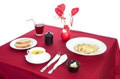 Tabela com a tabela servida com café da manhã e bebida, vermelho da toalha de mesa, cutelaria Feche acima, interno fotos de stock royalty free