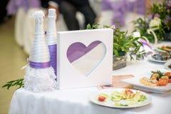 A tabela com vidros da areia preparou-se para a cerimônia da areia durante o casamento dos noivos Imagens de Stock