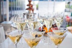 Tabela completamente de vidros de vinho Fotografia de Stock