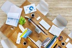 Tabela contemporânea do escritório com equipamentos e cadeiras fotografia de stock