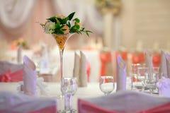 Tabela da elegância estabelecida para o casamento Flores no vaso Fotografia de Stock Royalty Free