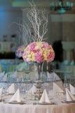 Tabela da elegância estabelecida para o casamento Flores no vaso Imagem de Stock Royalty Free