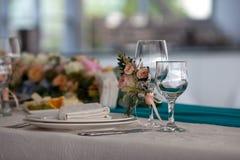 A tabela da elegância estabelece-se para o casamento no restaurante Imagens de Stock Royalty Free
