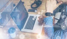 Tabela da madeira do caderno de Working Modern Desktop do homem de negócios Diretor de marketing Researching Negócio Team Startup Fotos de Stock