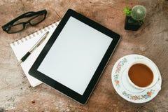 Tabela da mesa de escritório com cadernos, tabuleta, pena e um cacto Imagens de Stock Royalty Free