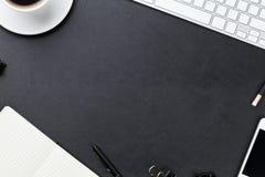 Tabela da mesa de escritório com computador, fontes e copo de café fotos de stock royalty free
