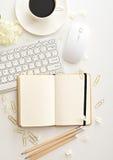 Tabela da mesa de escritório com computador, fontes e copo de café imagens de stock