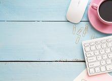 Tabela da mesa de escritório com computador, fontes e copo de café Imagens de Stock Royalty Free