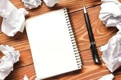 Tabela da mesa de escritório com fontes e papel crumled Vista superior Copie o espaço para o texto fotografia de stock royalty free
