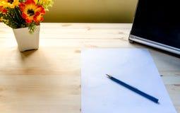 Tabela da mesa de escritório com fontes vista para o espaço da cópia Imagem de Stock Royalty Free
