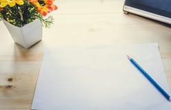 Tabela da mesa de escritório com fontes vista para o espaço da cópia Fotografia de Stock Royalty Free