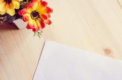 Tabela da mesa de escritório com fontes vista para o espaço da cópia Imagens de Stock
