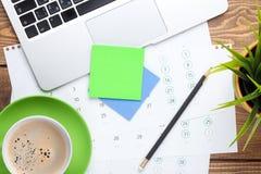 Tabela da mesa de escritório com o copo do computador, das fontes, da flor e de café fotografia de stock