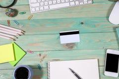 Tabela da mesa de escritório com portátil Conceito em linha da compra Foto de Stock Royalty Free