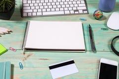 Tabela da mesa de escritório com portátil Conceito em linha da compra Imagem de Stock Royalty Free
