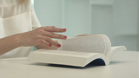 Tabela da mulher e livro de leitura de assento vídeos de arquivo
