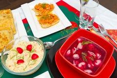 Tabela da Noite de Natal com alimento Fotografia de Stock Royalty Free