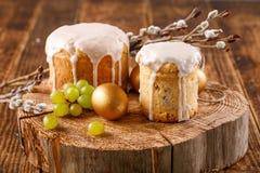 A tabela da Páscoa com bolos da Páscoa e os ovos dourados da Páscoa com salgueiro ramifica Fotografia de Stock Royalty Free
