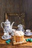 A tabela da Páscoa com bolos e ovos da páscoa da Páscoa com salgueiro ramifica Ainda vida com um quadro antigo para uma imagem no Foto de Stock Royalty Free