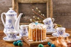 A tabela da Páscoa com bolos e ovos da páscoa da Páscoa com salgueiro ramifica Ainda vida com um quadro antigo para uma imagem no Fotos de Stock