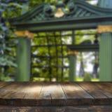 Tabela da placa de madeira do vintage na frente da paisagem sonhadora e abstrata do parque Foto de Stock