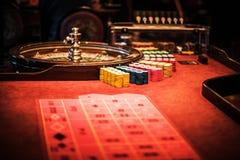 Tabela da roda de roleta do casino fotos de stock
