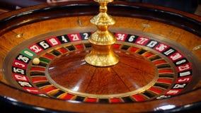 Tabela da roleta do casino com microplaquetas foto de stock