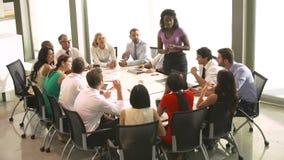Tabela da sala de reuniões de Addressing Meeting Around da mulher de negócios vídeos de arquivo