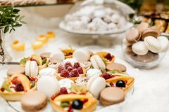 Tabela da sobremesa para um partido Bolo, queques, doçura e f de Ombre imagens de stock royalty free