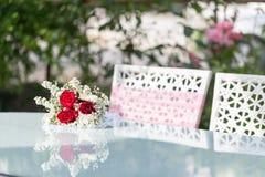 A tabela da união com rosas e as cadeiras cor-de-rosa fotografia de stock royalty free