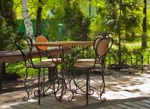 Tabela de ?afe com a cadeira quatro antiquado Foto de Stock