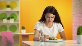 Tabela de assento de sentimento fêmea da cantina da náusea, envenenamento da refeição da sucata, qualidade de alimento vídeos de arquivo