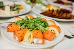 Tabela de banquete de abastecimento belamente decorada com alimento diferente fotografia de stock royalty free