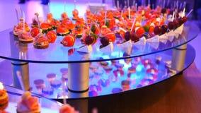 Tabela de banquete de abastecimento belamente decorada com os petiscos e os aperitivos diferentes do alimento no aniversário inco filme