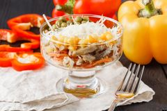 Tabela de banquete de abastecimento belamente decorada com os petiscos e os aperitivos diferentes do alimento com sandu?che imagens de stock