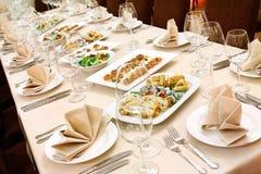 Tabela de banquete com petiscos Fotos de Stock
