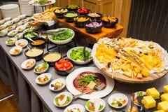 Tabela de banquete com saladas e variedade e vegetais do queijo foto de stock